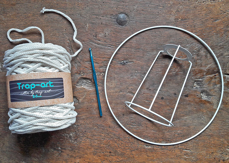 pantalla-tejida-a-crochet-para-lampara-mesa-2