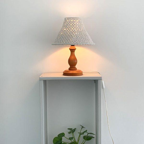 pantalla-tejida-a-crochet-para-lampara-mesa