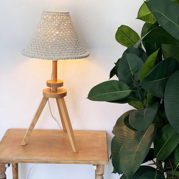 pantalla-tejida-a-crochet-para-lampara-mesa-1